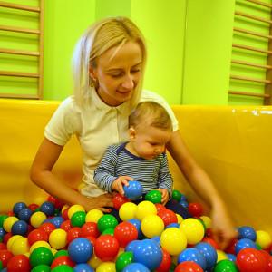 basen z piłeczkami to nie tylko dobra zabawa ale również mnóstwo bodźców sensorycznych dla dziecka. Foto: Wojciech Basałygo