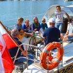 W wolnych chwilach w porcie, młodzi żeglarze przy akompaniamencie Hanny Żurawskiej śpiewali żeglarskie piosenki. Foto: Wojciech Basałygo