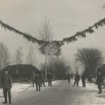 """Zimowe """"leże"""" ( kwatery) batalionu na północnych obrzeżach Widze. Nad drogą specjalna """"girlanda"""" witająca gości pułku."""
