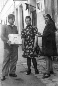 1946 – Zastępowa z drużyny harcerek pierwsza z prawiej Czesia Kupśówna