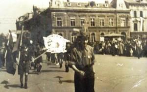 Harcerze w pochodzie 1 Majowym 1950r na przedzie dh. Tadeusz Goliński już w koszuli ZMP ale w rogatywce i przyjętym krzyżem harcerskim