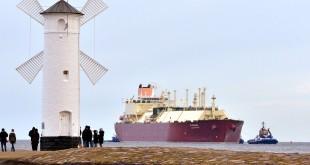 Metanowiec z Kataru wpłynął do portu w Świnoujsciu około godz. 9. Foto: Robert Ignaciuk