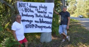 Bogusław Mazur i Dariusz Kuc powiesili transparent przy drodze wjazdowej do miasta. Foto: Wojciech Basałygo