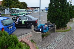 Ławki upodobali sobie szczególnie bezdomni. Nie tak powinno wyglądać miejsce z którym stykają się turyści. Foto: Wojciech Basałygo