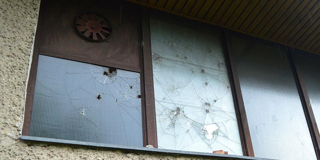 Po dziurach w szkle zbrojonym widać, że młodzież za amunicję nie służyły wyłącznie jabłka, ale również kamienie. Foto: Wojciech Basałygo