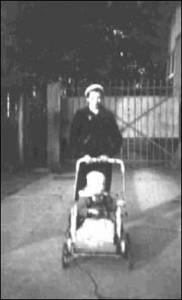 """Byłam wśród Polek pracujących w Świnoujściu jako służące w wyjątkowej sytuacji. Polkom nie wolno było zajmować się dziećmi niemieckimi, lecz 3-letnia młodsza córeczka Pani Schrödter, na którą wołano """"Schnötzi"""" była dzieckiem autystycznym bez kontaktu z otoczeniem. NSDAP nie musiało się zatem obawiać, że dokonam """"indoktrynacji"""". Spacery z dziewczynką były dużym odprężeniem. Inne Polki bardzo mi ich zazdrościły."""