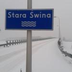 Jeszcze przed godziną 9 rano most prowadzący do Karsiboru był biały. Foto: Czytelnik