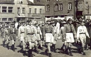 Defilada - 1.05.1949 - W 1 czwórce od lewej strony w prawo 1. Zygmunt Mikliejweski, 2.Wojciech Mieczkowski, 3. Mieczysław Siwczyński