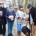 Marynarze 8 FOW pomagali w ulicznym kwestowaniu. Foto: Robert Ignaciuk