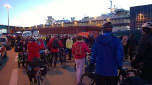 Rowerzyści dojechali wieczorem do Świnoujścia. Promem Skania przeprawili się do Szwecji. Foto: Gryfus