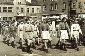 """I Męska Drużyna Harcerska w 1947 podczas pochodu I majowego w Świnoujściu z niej wywodzi się dzisiejszy III Szczep Harcerski """"Słowianie"""" ZHR"""