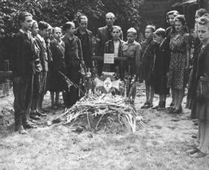 Zbigniew Banaś, ps. Banan – polski harcerz, członek Szarych Szeregów, powstaniec warszawski lat 12 poległ od kuli niemieckiego snajpera podczas powstania warszawskiego