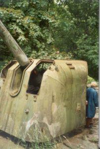 Unikalne zdjęcie armaty B-13 z 17 BAS-a z Międzyzdrojów tuż przed jego pocięciem na złom (podczas wizji lokalnej Konserwatora Zabytków)