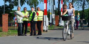 """Rano w tym miejscu przeprowadzono akcję """"Bezpieczny przejazd"""". Kilku pracowników kolei ubranych w zielone kamizelki rozdawało ulotki przestrzegające przed lekkomyślnym zachowaniem na przejeździe kolejowym. Kilkunastominutową akcję """"odfajkowano"""". Gdyby podeszli do akcji poważnie, być może ocaliliby czyjeś życie. Foto: Wojciech Basałygo"""