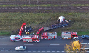 W wyniku zdarzenia ciężarówka zjechała na przeciwległy pas ruchu i uderzyła w osobówkę. Foto: kamienskie.info
